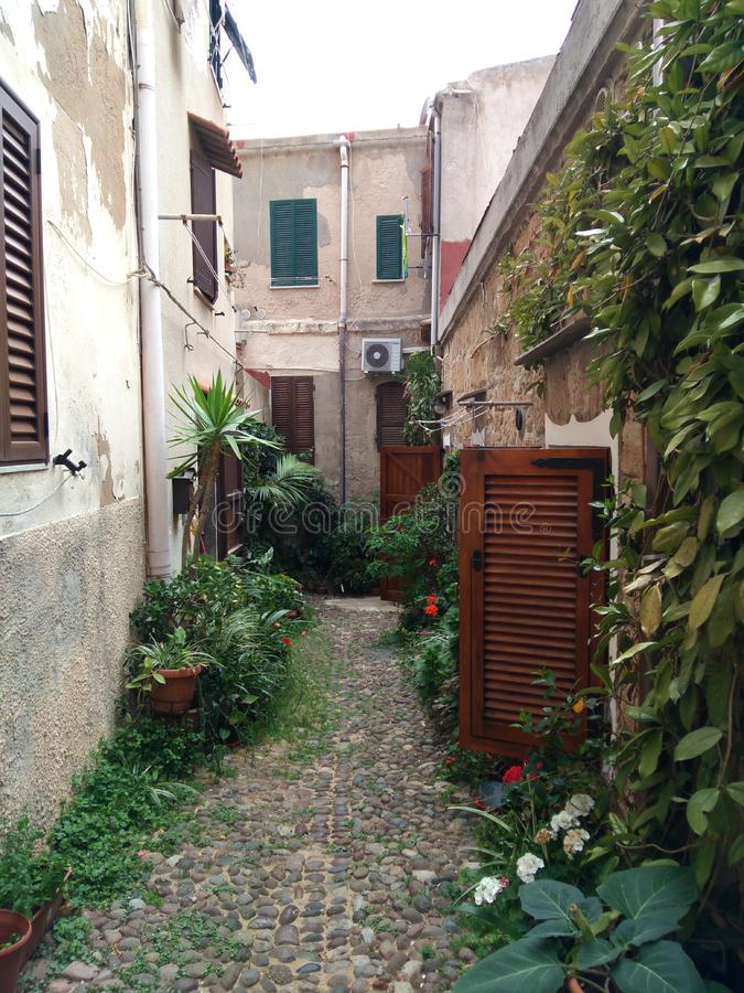 Smal och gammal gata av en liten stad i Italien arkivbild