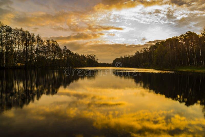Smal See im Herbst durch Sonnenaufgang lizenzfreie stockfotos