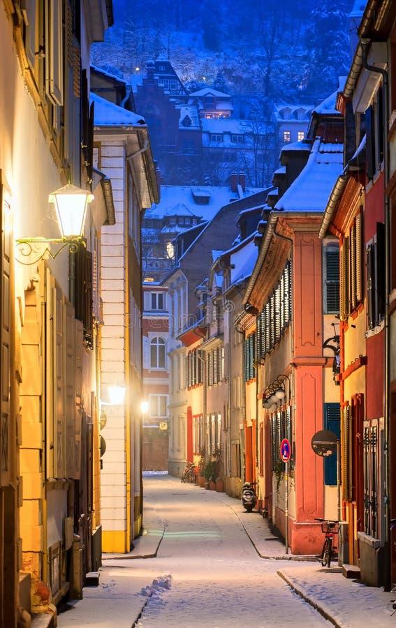 Smal sidogata i Heidelberg den gamla staden, Tyskland royaltyfria foton
