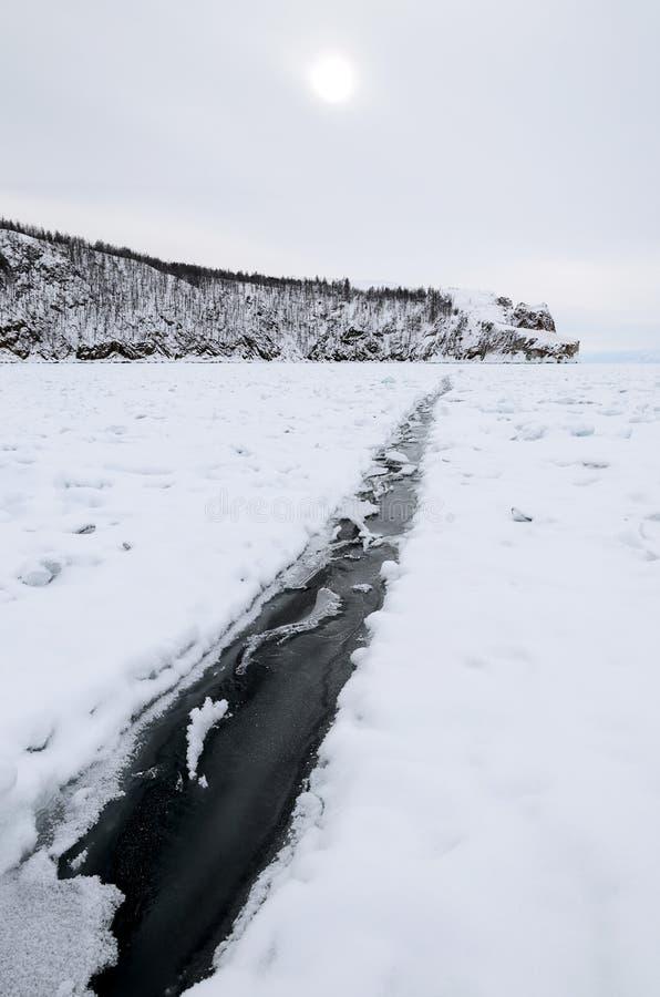 Smal spricka i is av Lake Baikal fotografering för bildbyråer