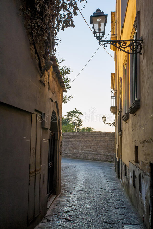 Smal stenig gata i Sorrento arkivbild
