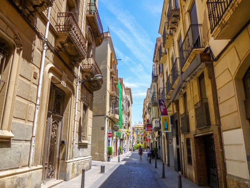 Smal stree i den gamla delen av staden av Reus, Catalunia, Spanien royaltyfria bilder