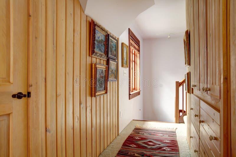 Smal wood planka paneled hall royaltyfri bild
