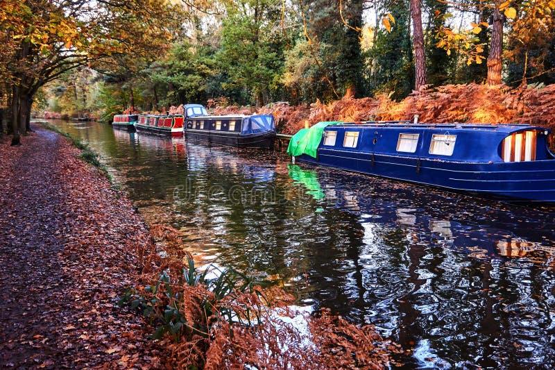 Smala fartyg för engelsk kanal med höstnedgångsidor på träd fotografering för bildbyråer