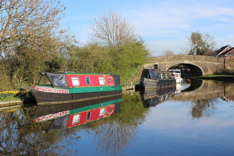 Smala fartyg förtöjde på den Lancaster kanalen på Garstang arkivfoton