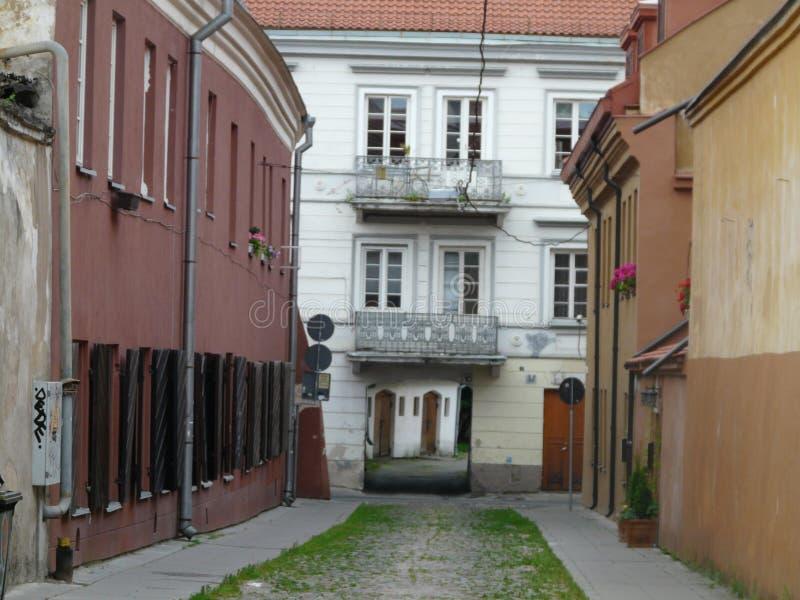 Smala gator av den gamla staden av Vilnius Litauen en av de största fortleva medeltida gamla städerna i Nordeuropa arkivfoto
