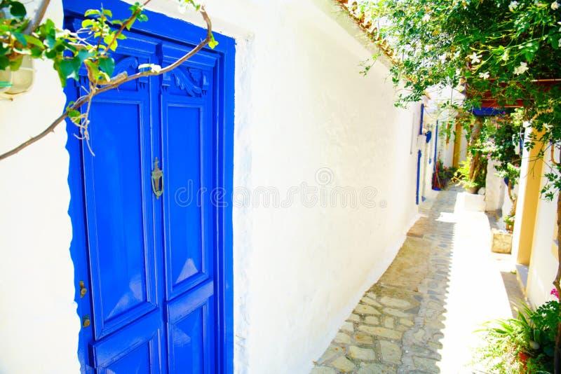 Smala gator av den Skopelos staden, Grekland royaltyfri bild