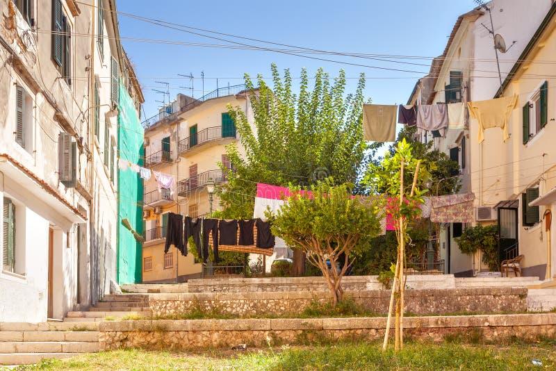 Smala gator av det historiska centret av Kerkyra royaltyfria foton