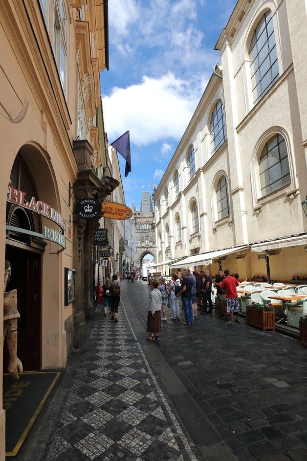 Smala gator av gamla Prague är unika royaltyfria bilder