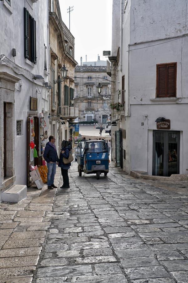 Smala gator av Ostuni i Italien royaltyfria foton