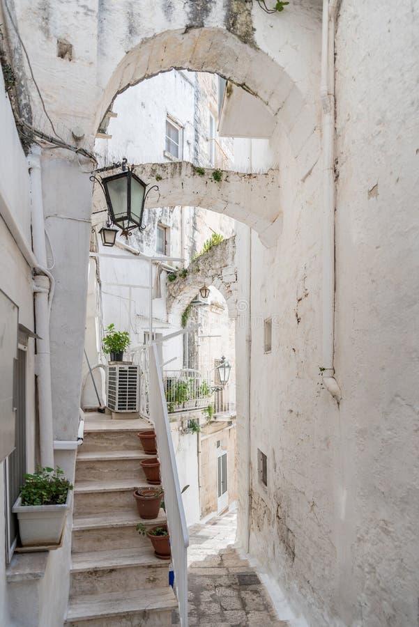 Smala gator av Ostuni, Italien royaltyfri fotografi