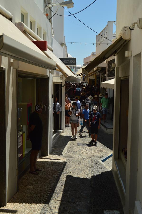 Smala gator av shoppar mycket i den härliga staden av Fira på ön av Santorini Arkitektur landskap, lopp, kryssar omkring royaltyfria foton