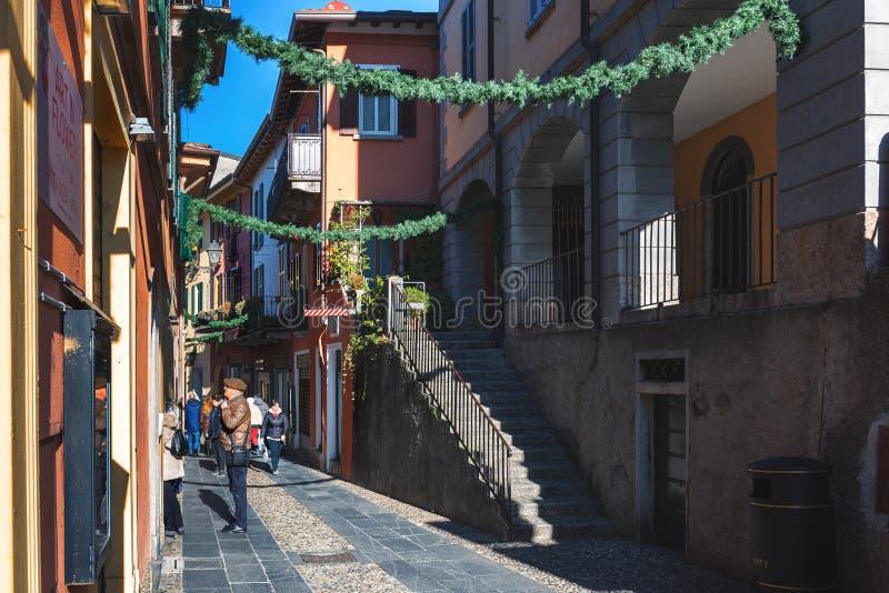 Smala gator för traditionell italienare med härlig arkitektur av städer runt om Como sjön royaltyfria foton