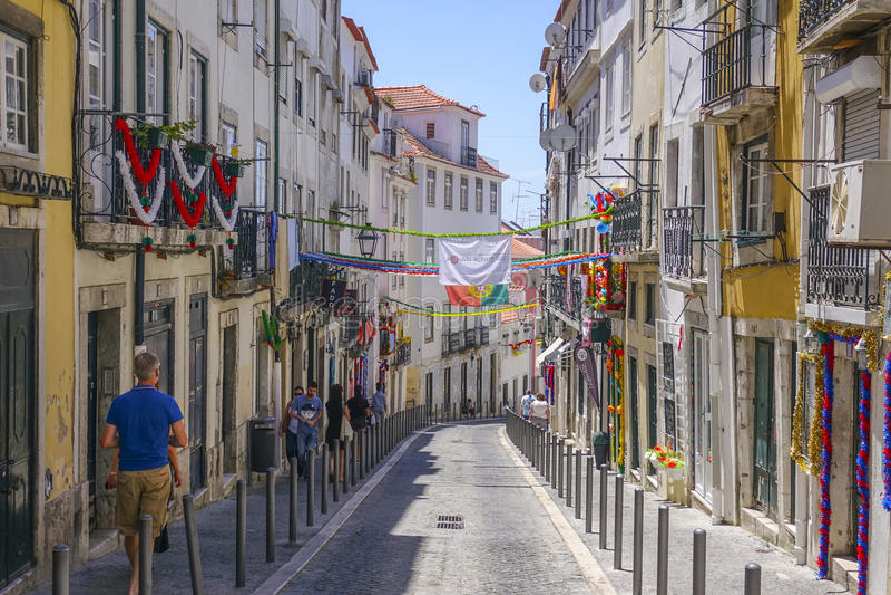 Smala gator i historiskt område av Lissabon arkivbilder