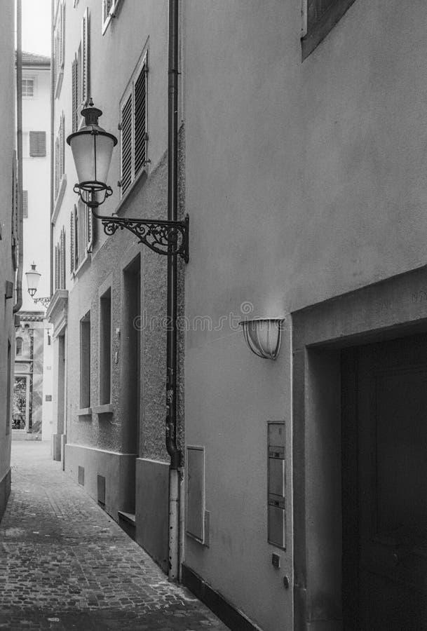 Smala gator i mitten av Zurich den gamla staden royaltyfri foto