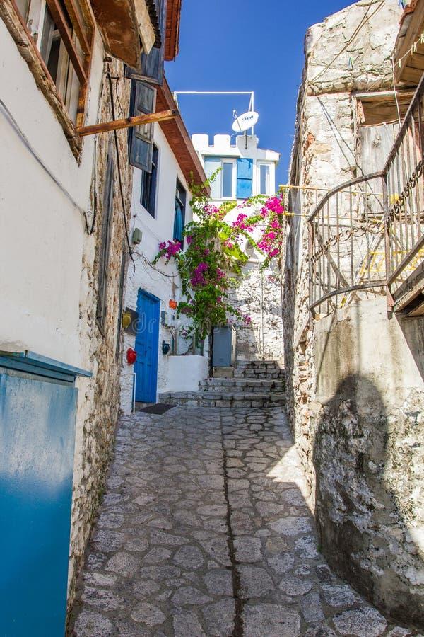 Smala gator med husfjärdedelar av den gamla staden av Marmaris, royaltyfri bild