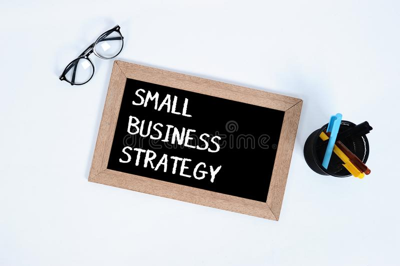 Small Business/Conceptueel Hoogste die mening van de tekst van de SMALL BUSINESSstrategie op bord voor zaken met glazen wordt ges royalty-vrije stock foto's