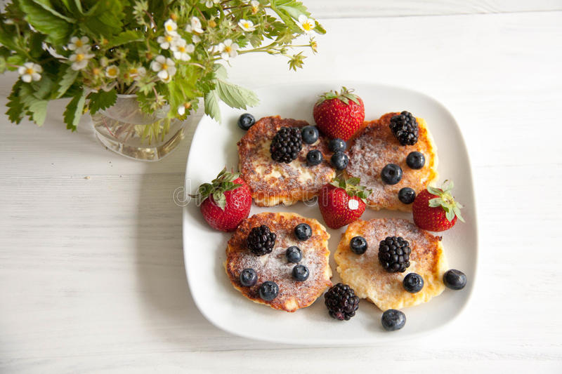 Small cheesecakes with fresh berries stock photography