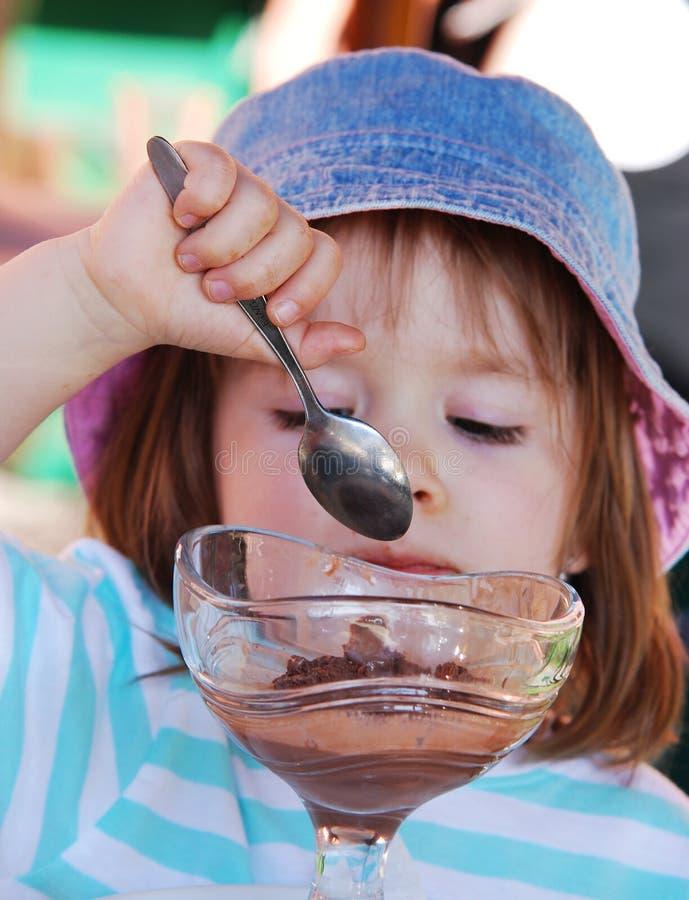 Small girl eating eis cream