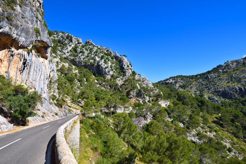 Smalle bergweg in de Serra de Tramuntana-bergen stock foto's