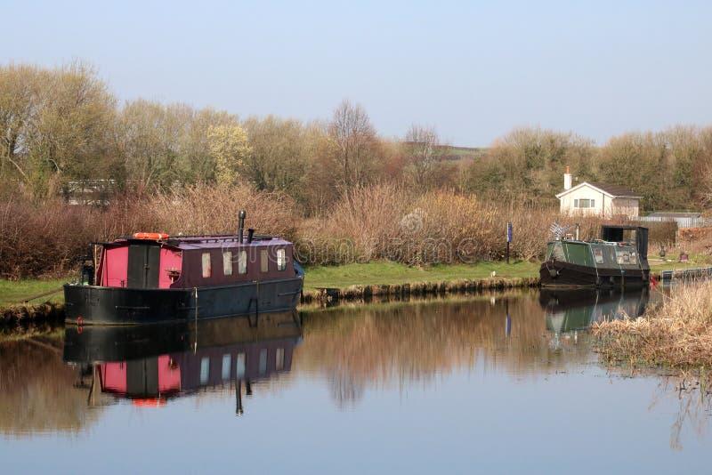 Smalle die boten op het kanaal Tewitfield worden vastgelegd van Lancaster stock fotografie