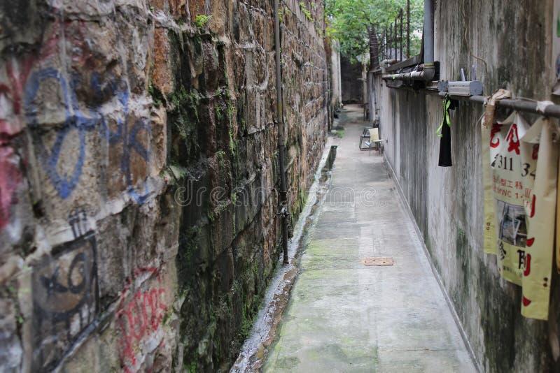 Smalle donkere steeg in de oude stad royalty-vrije stock foto's