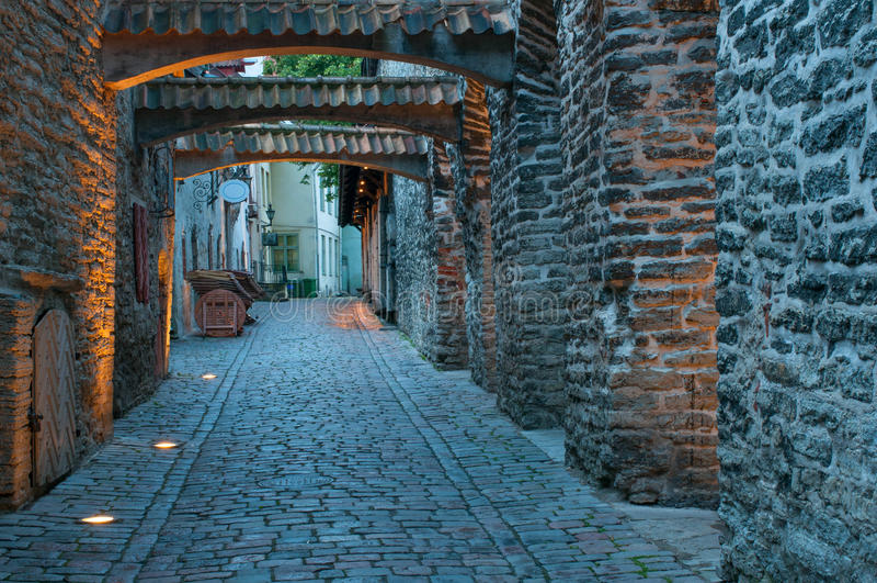 Smalle kasteelstraat, Tallinn, Estland stock afbeeldingen