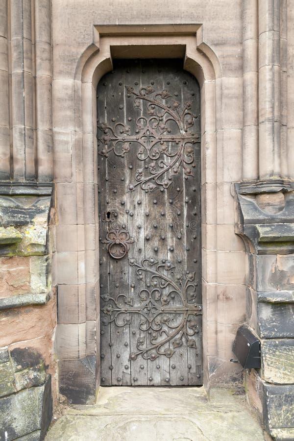Smalle Middeleeuwse eiken deur stock fotografie