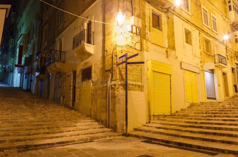 Smalle oude straat en treden in Valletta royalty-vrije stock afbeelding
