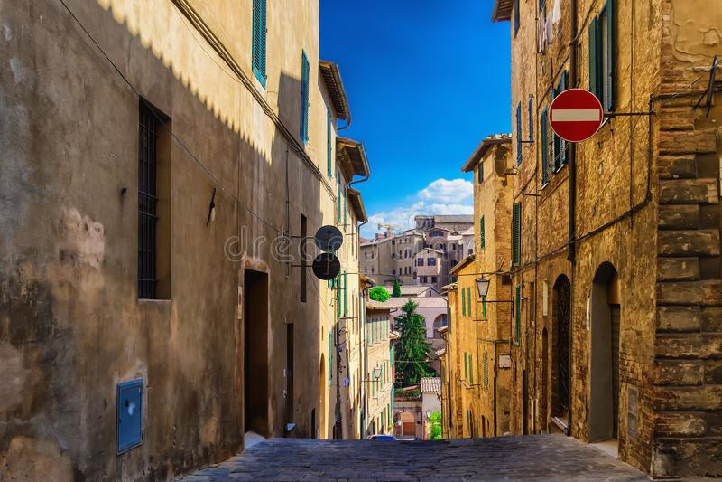 Smalle oude straat in Siena, Toscanië, Italië stock foto
