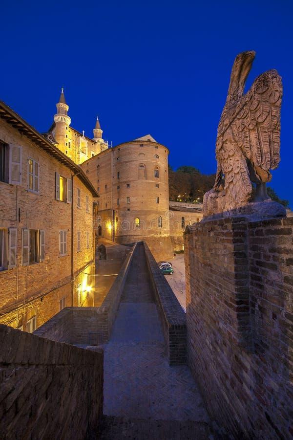 Smalle steeg in het centrum van de stad van Urbino royalty-vrije stock foto