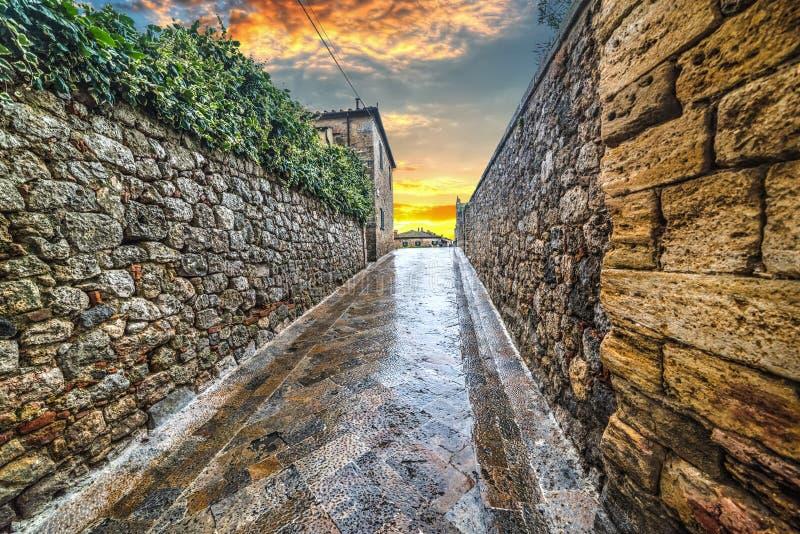 Smalle steeg in Monteriggioni stock fotografie