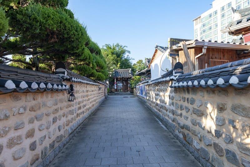 Smalle steeg tussen oude Koreaanse huizen in het Dorp van Jeonju Hanok, Zuid-Korea royalty-vrije stock afbeelding