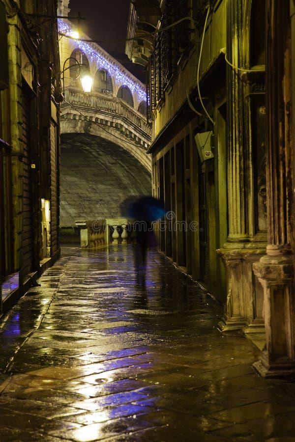 Smalle steeg in Venetië bij nacht stock afbeelding