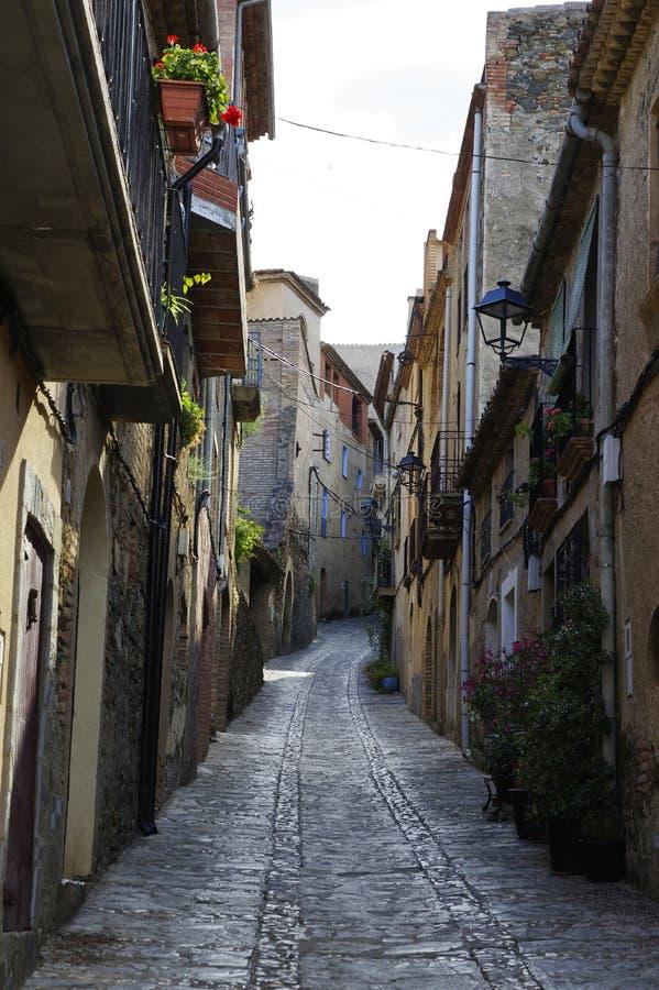 Smalle steile straat in klein die dorp in het Park van Serra de Montsant, Spanje wordt gevestigd stock foto's