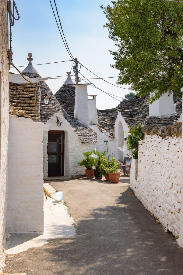 Download Smalle Straat In Alberobello-stad Stock Afbeelding - Afbeelding bestaande uit europa, aantrekkelijkheid: 107703203