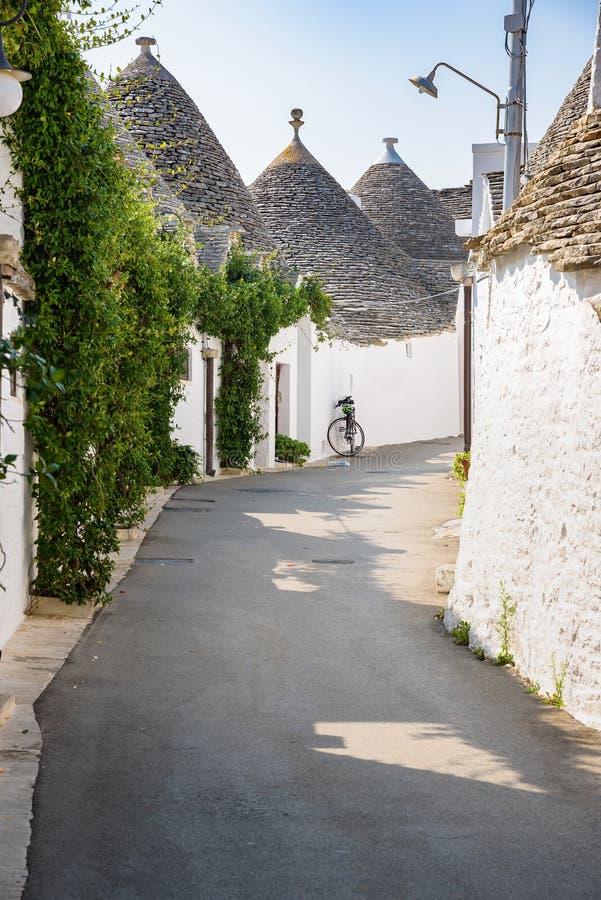 Download Smalle Straat In Alberobello-stad Stock Afbeelding - Afbeelding bestaande uit summer, symbool: 107703279