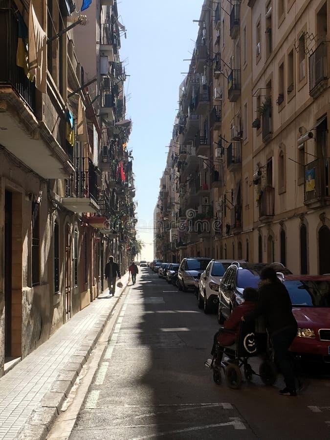Smalle straat in Barcelona stock afbeeldingen