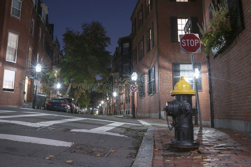 Smalle straat in Beacon Hill bij nacht, Boston royalty-vrije stock foto's
