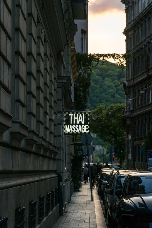 Smalle straat bij zonsondergang in Boedapest Hongarije met de Thaise massage van het neonteken royalty-vrije stock afbeelding