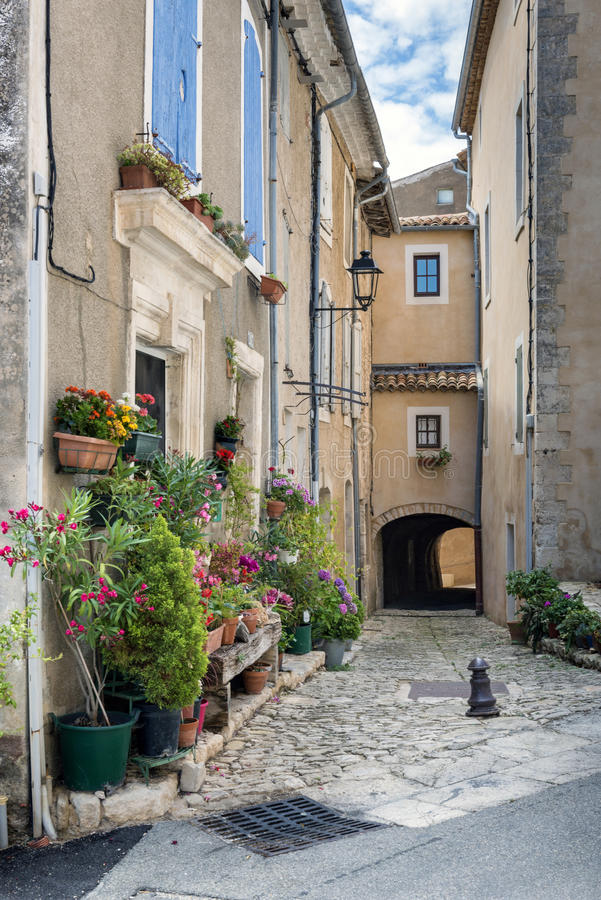 Smalle straat binnen in heilige-Saturnin-les-Geschikt dorp royalty-vrije stock foto