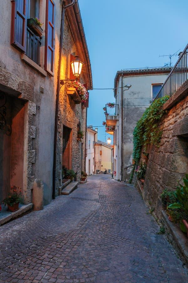Smalle straat in de oude stad bij nacht stock afbeeldingen