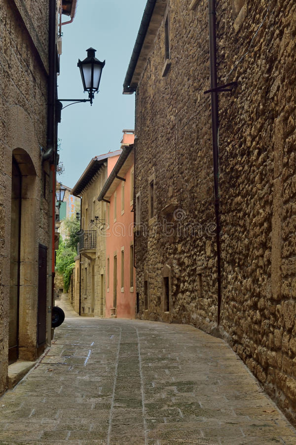 Smalle straat in Europese steden royalty-vrije stock afbeelding