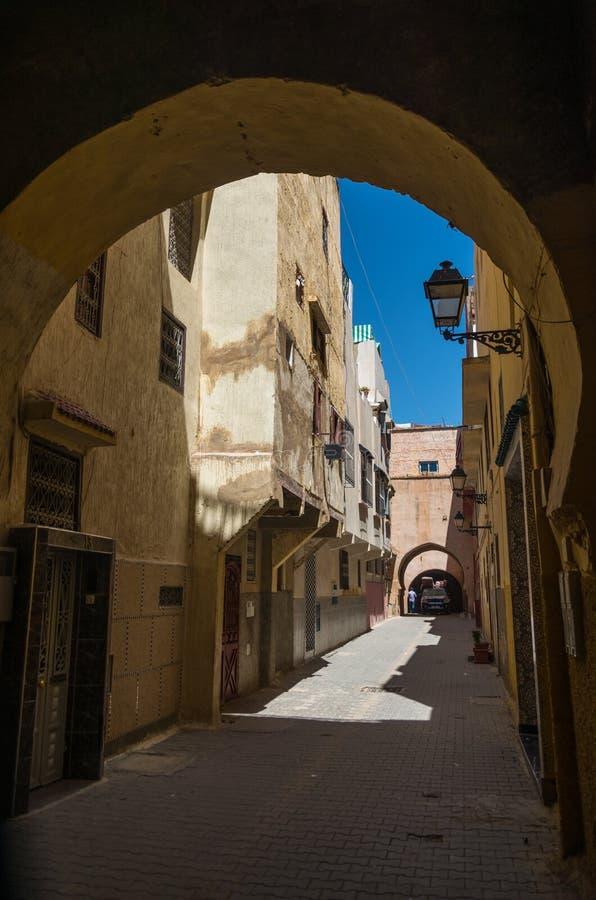 Smalle straat in medina van middeleeuwse keizerstad van Meknes Mor stock foto