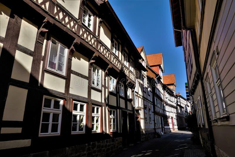 Smalle straat met bochtige huizen in de oude stad van Hann Muenden stock foto's