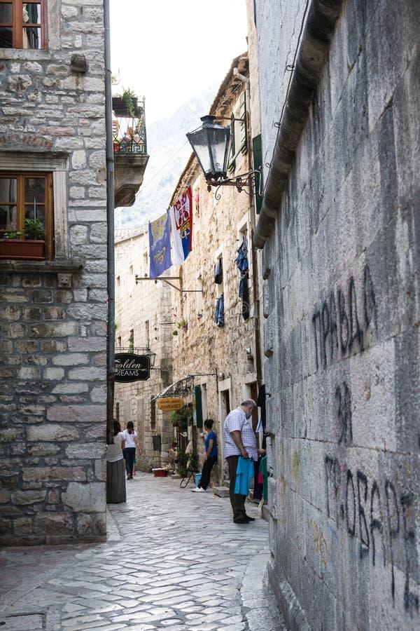 Smalle straat met herinneringenwinkel in Kotor, Montenegro stock foto