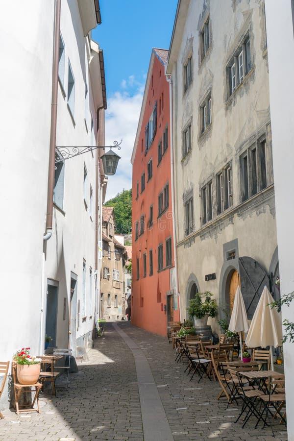 Smalle straat met historische huizen in de oude stad van de stad van Chur in Zwitserland royalty-vrije stock foto