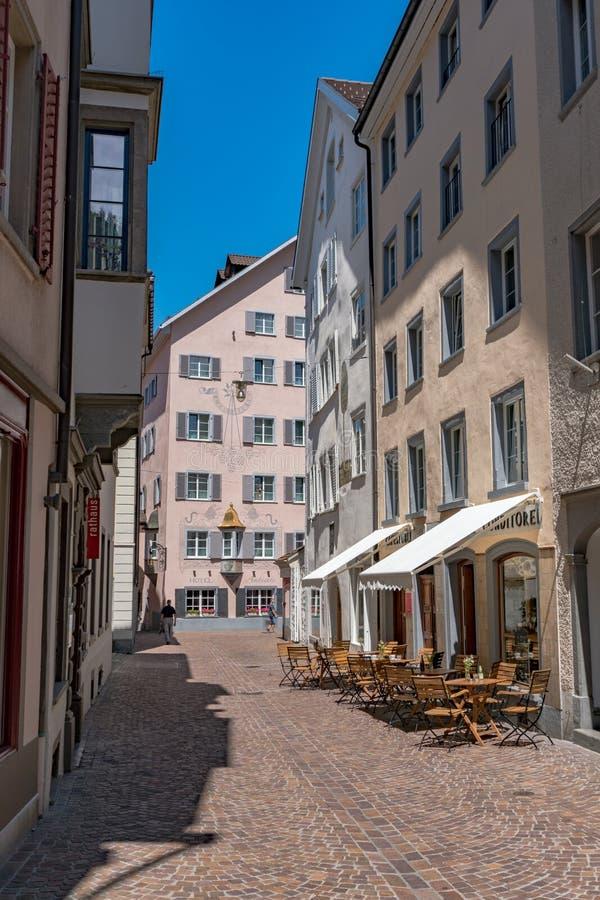Smalle straat met historische huizen in de oude stad van de stad van Chur in Zwitserland stock afbeelding