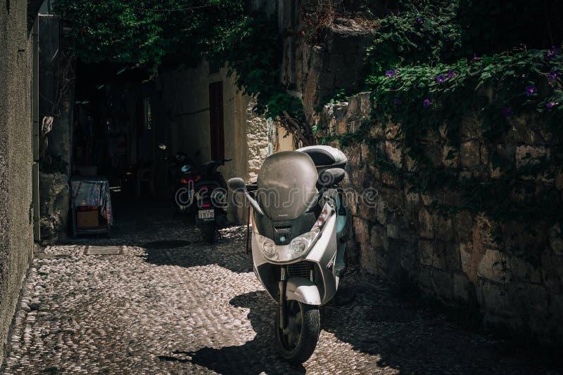 Smalle straat met oude middeleeuwse bogen in het slepen van Rhodos Het eiland van Rhodos, Griekenland stock afbeeldingen