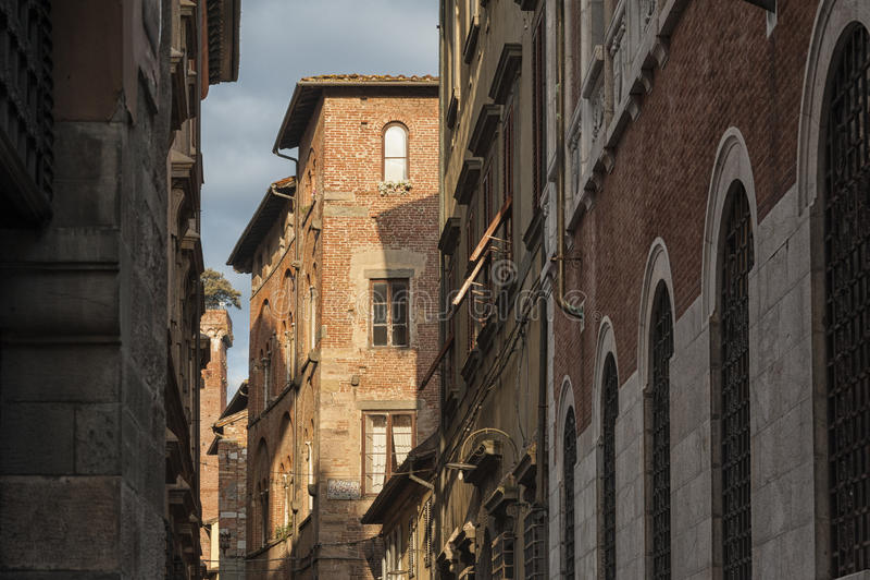 Smalle straat met typische Italiaanse huizen in Luca, Toscanië royalty-vrije stock fotografie